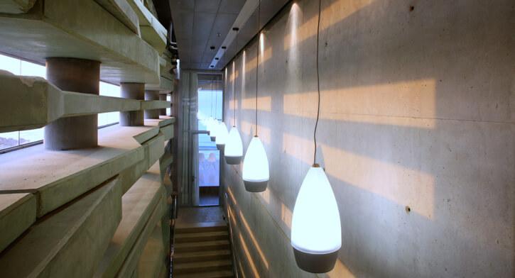 נברשות בפרויקט תאורה במרכז פרס לשלום