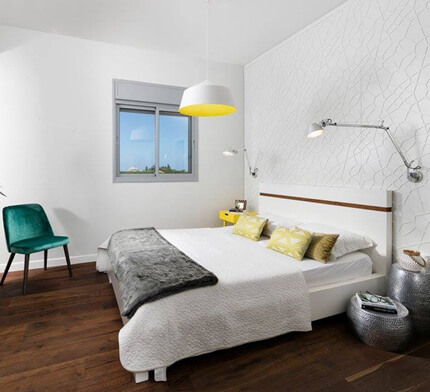 מנורות לחדר שינה תלויות על הקיר ומהתקרה