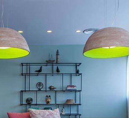 גופי תאורה תלויים בפרויקט תאורה במשרדי החברה הגיאוגרפית בתל אביב