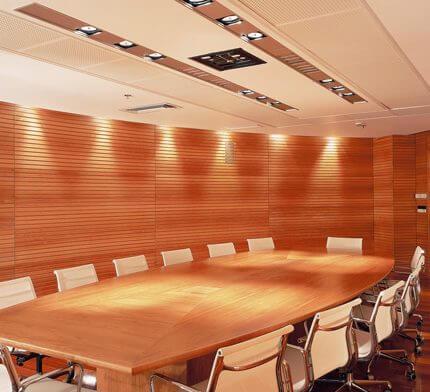 מנורות תקרה לחדר ישיבות בפרויקט תאורה למשרד ראובני פרידן