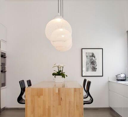מנורה תלויה בפרויקט תאורה של שרון אקר מיכאל