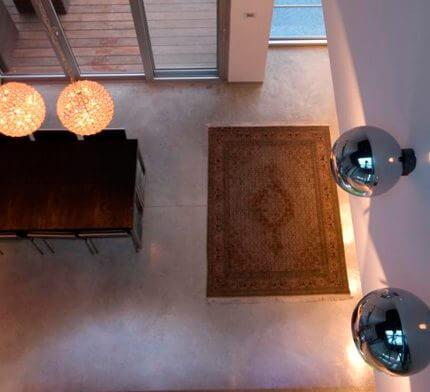 שנדליר לסלון בפרויקט תאורה של וי סטודיו אדריכלים
