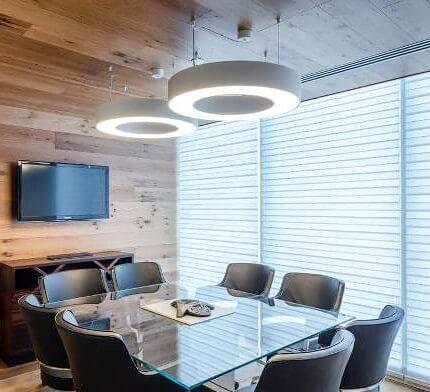 מנורות תקרה בחדרי ישיבות בפרויקט תאורה במשרדי עמית מטלון פולק