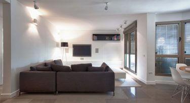 ספוטים לסלון בפרויקט תאורה לבית באזורי חן