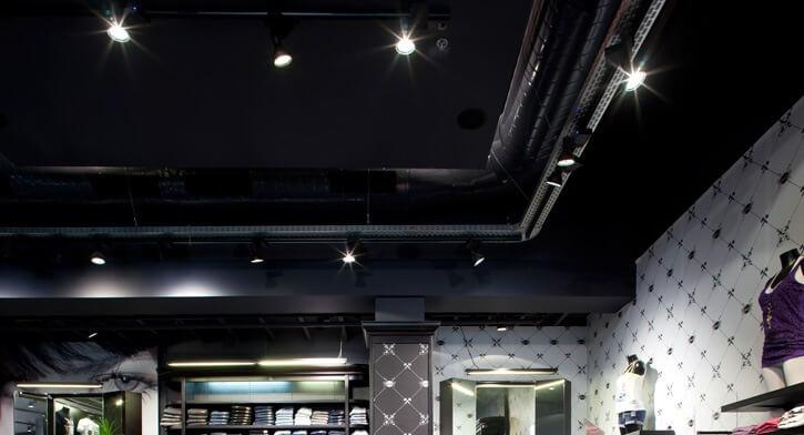 מנורות תקרה בפרויקט תאורה ברשת חנויות אופנה TNT