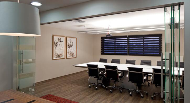 מנורות לחדר ישיבות בפרויקט תאורה במשרדי ארגנטולס