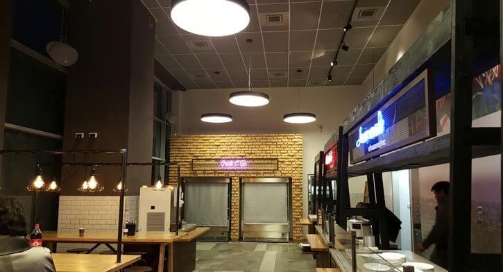 מנורות בפרויקט תאורה במסעדת סטיישן מרקט